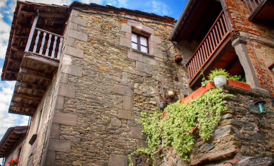 Medieval Villages of Besalu, Rupit and Tavertet Day Trip Small Group from Barcelona