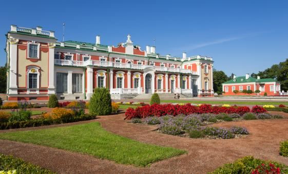 Private Kadriorg Palace and Upper Town Tour in Tallinn (National Library, Toompea Castle)