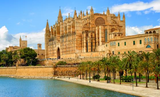 Historic Backstreets with Skip-the-Line Palma Cathedral and Wine Tasting