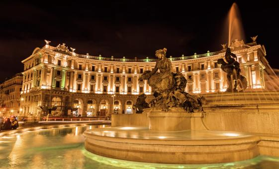 Piazza Navona and Colosseum by Night Walking Tour in Rome